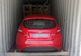 A. TESSIOT - Savoir-faire, embarquement en cours d'une voiture dans un conteneur